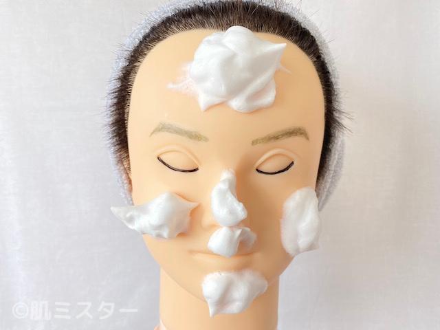 洗顔料の泡をのせた顔