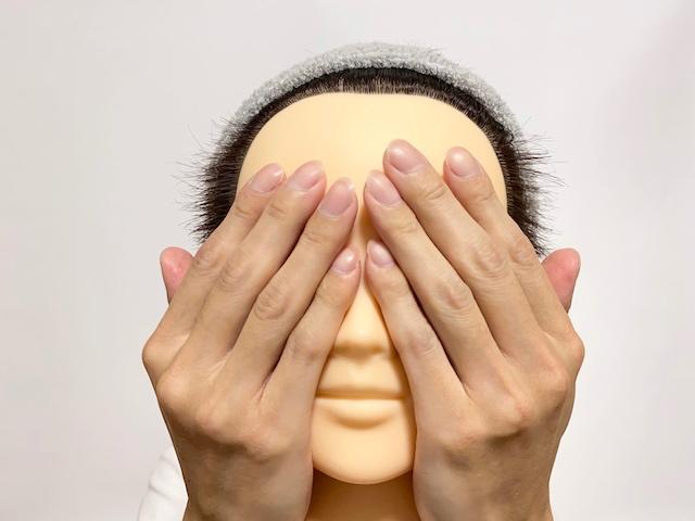 手のひら全体で化粧水をつける写真