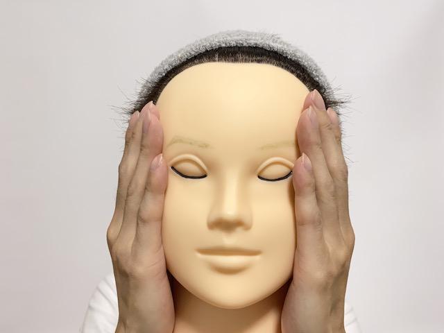 手のひら全体で化粧水をつける写真2