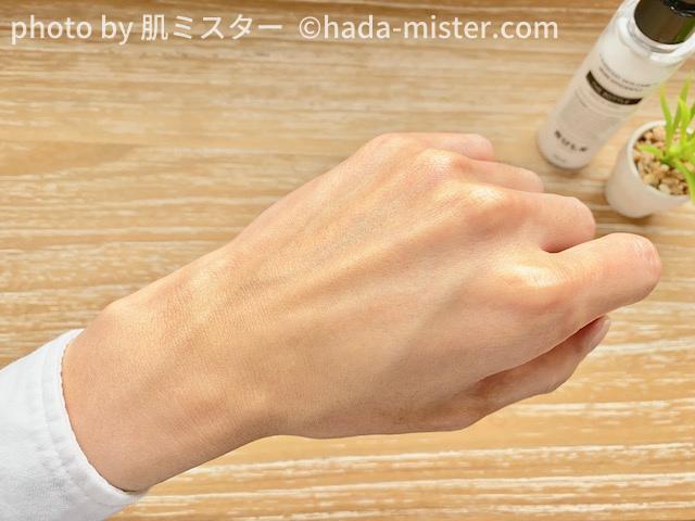 バルクオムの乳液を手の甲に伸ばしてすぐ
