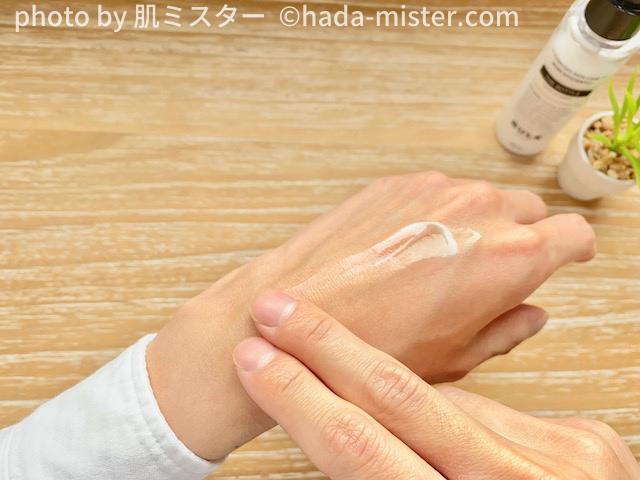 手の甲に乳液をなじませる