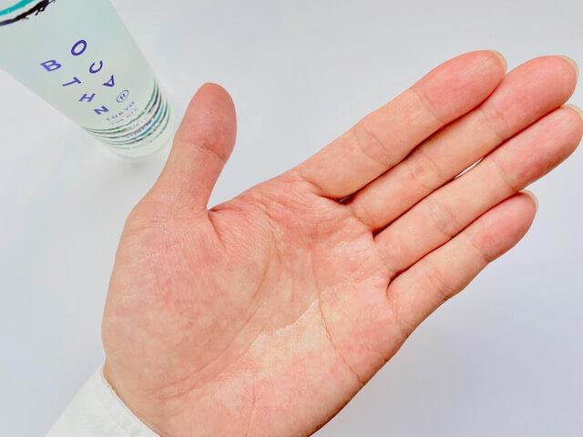 手のひらに出したBOTCHANの化粧水