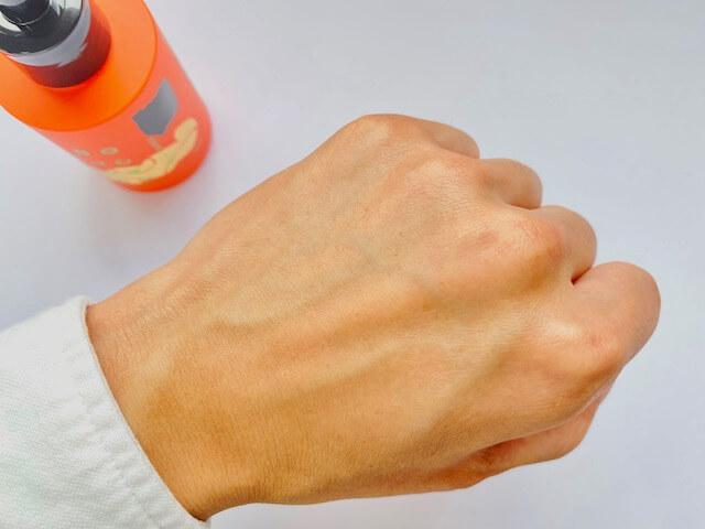 ボッチャンの乳液を塗って30秒ほどおいた手の甲