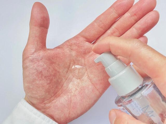手のひらに出したオルビスミスターの化粧水