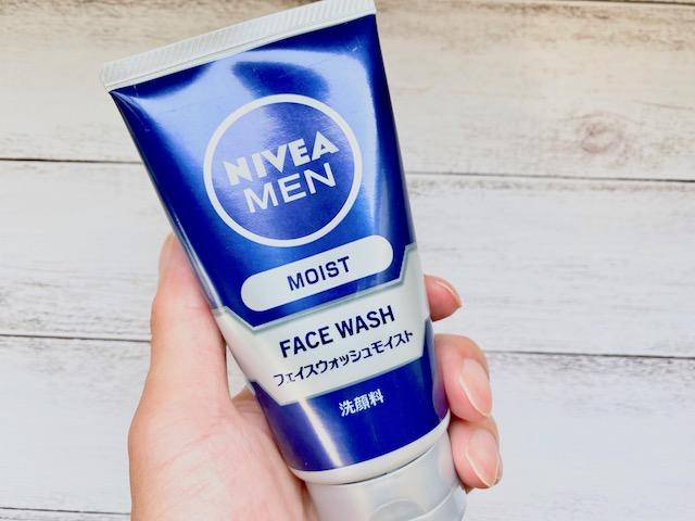 手に持ったニベアメンの洗顔料「フェイスウォッシュ モイスト」