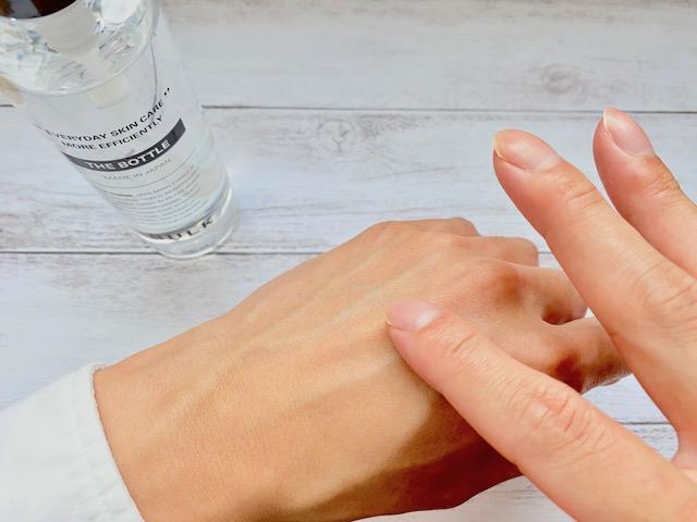バルクオムの化粧水をつけた手の甲を触る