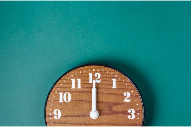 12時を指す壁時計