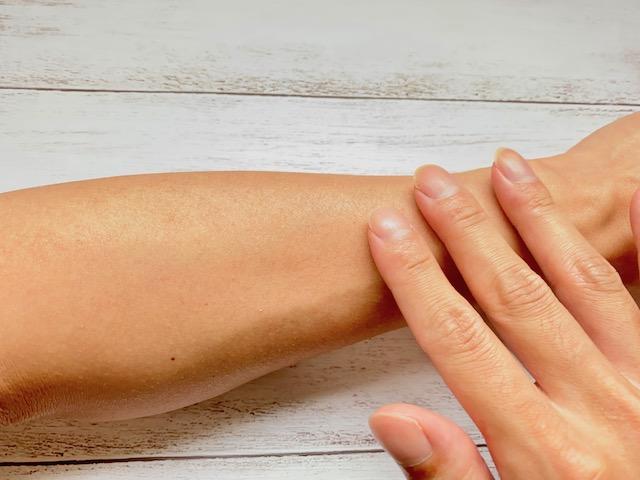 サラサラになった腕を触る写真