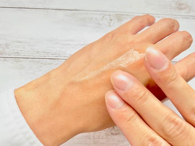 手の甲に塗るホロベルの化粧水