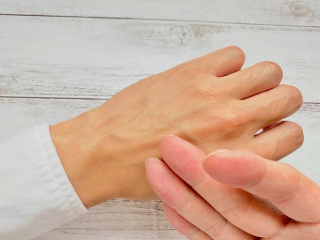 ホロベルの化粧水が手の甲になじんだのを確認