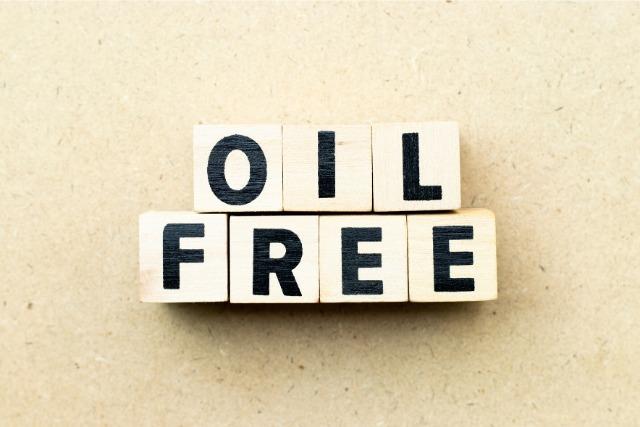 「OIL FREE」と書かれたキューブ