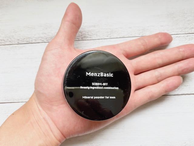 手の平にのせたメンズベーシックの「テカリ防止パウダー」