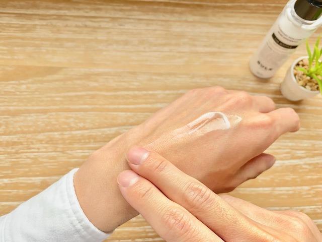 手の甲で伸ばすバルクオムの乳液