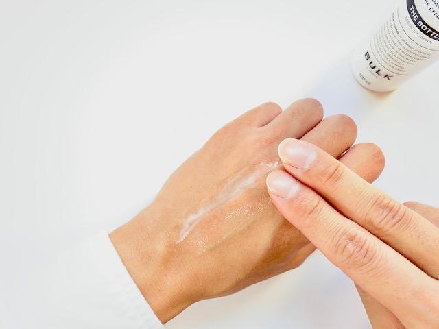 手の甲につけてのばしたバルクオムの乳液