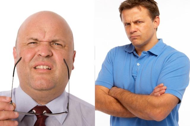 眉間のシワの原因にもなる2つの表情を見せる男性