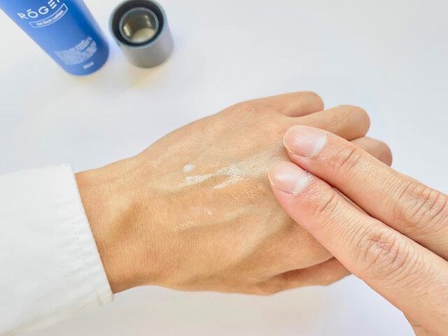 手の甲で伸ばしたROGENのオールインワン化粧水