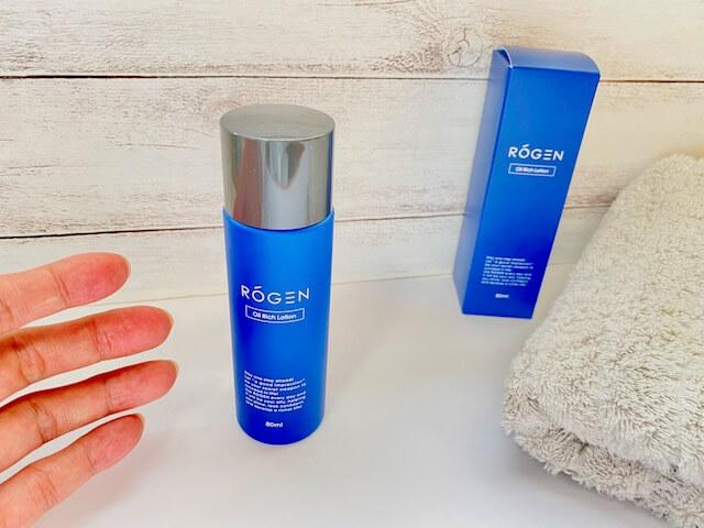 ROGENのオールインワン化粧水「オイルリッチローション」に手を伸ばす画像