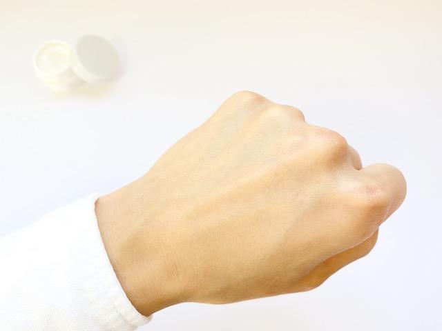 ユードットの保湿クリームを伸ばし終えた手の甲