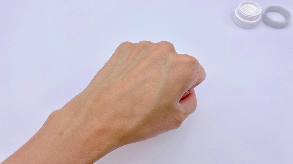 ユードットの保湿クリーム(モイスチャー)を塗った後の手の甲