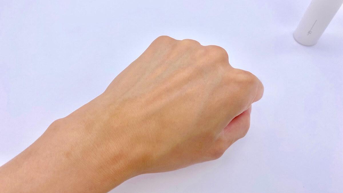 オルビスユードットの化粧水を塗った後の手の甲