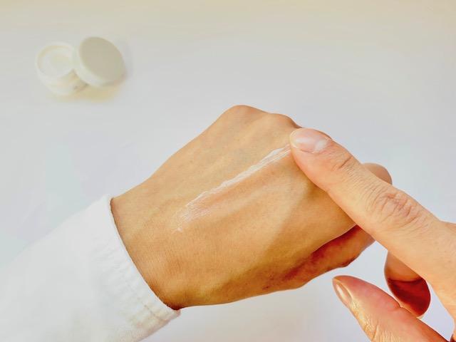 手の甲で伸ばすオルビスユードットの保湿クリーム