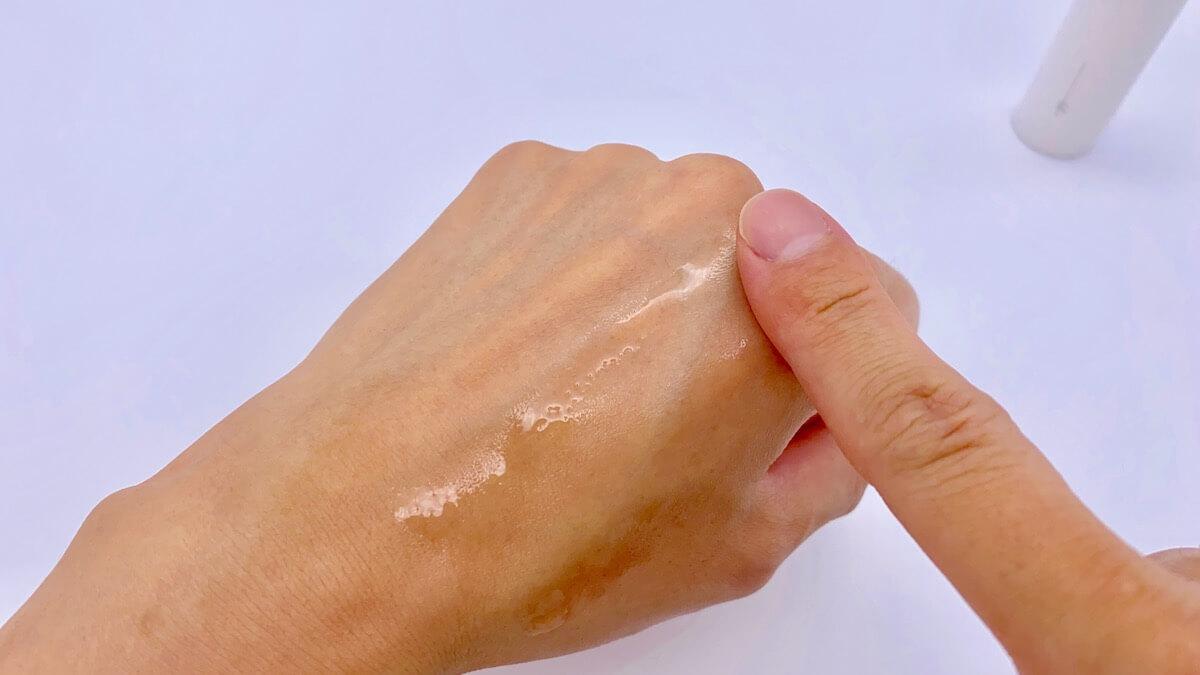 オルビスユードットの化粧水を手の甲にのばす