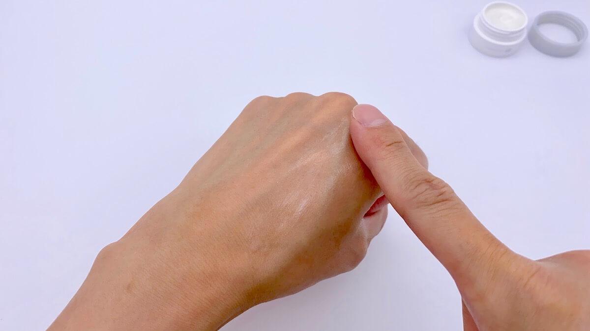 手の甲でオルビスユードットの保湿クリームを伸ばす