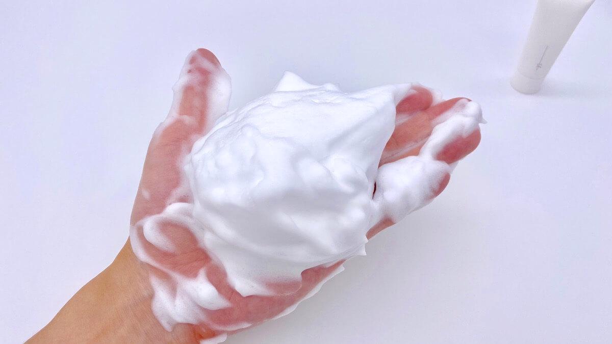 泡立てたオルビスユードットの洗顔料