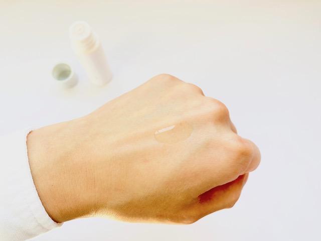 手の甲にのせたユードットの化粧水