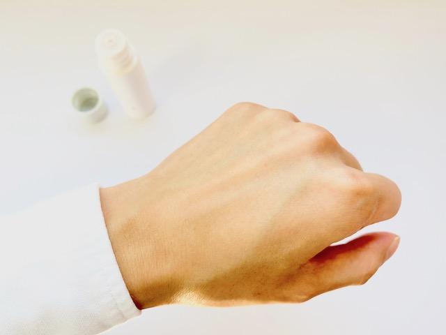 ユードットの化粧水を塗り終わった手の甲