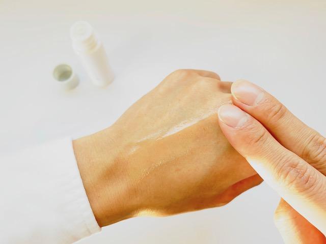 手の甲で伸ばすオルビスユードットの化粧水
