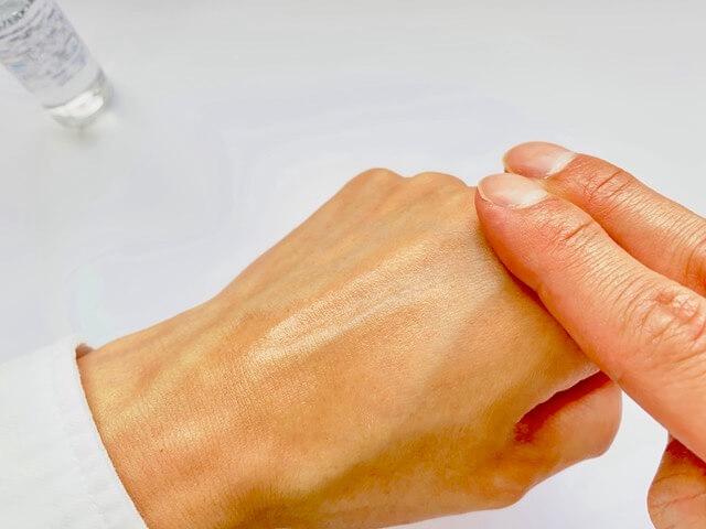 資生堂メンの化粧水を手の甲に伸ばす
