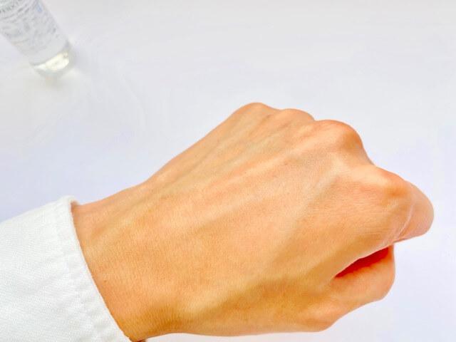資生堂メンの化粧水を塗り終わった手の甲