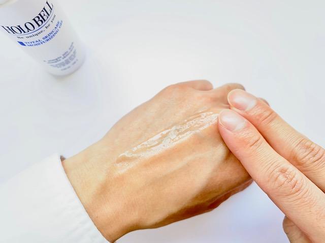 ホロベルのオールインワン化粧水を手の甲で伸ばす