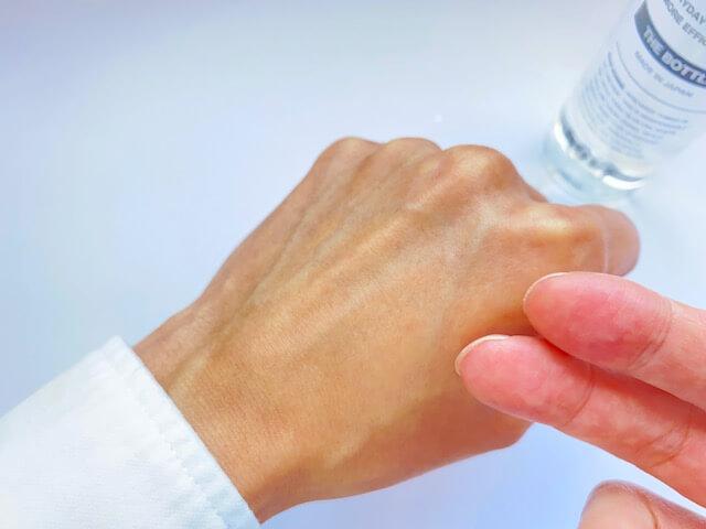 バルクオムの化粧水をつけ終わった後の手の甲