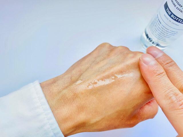 手の甲に伸ばすバルクオムの化粧水