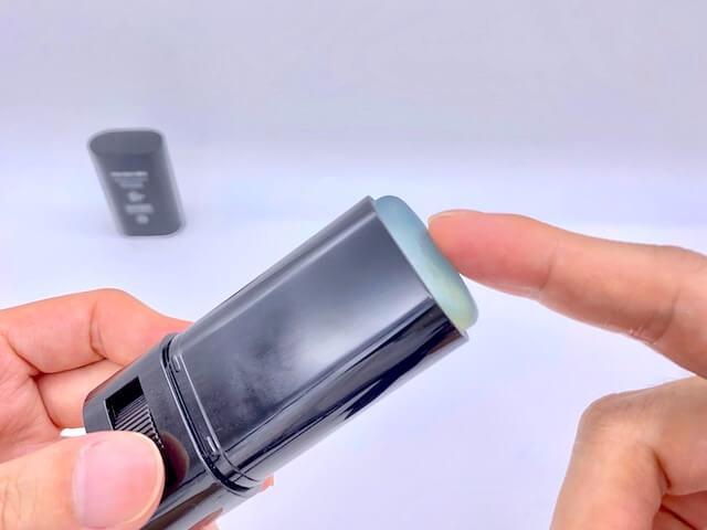 クリアスティック UVプロテクターを指でなぞる