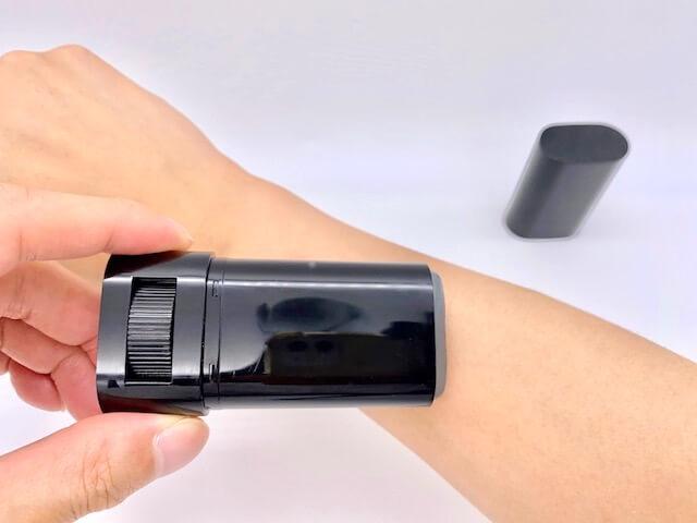 クリアスティック UVプロテクターを左手で塗る