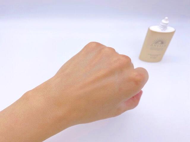 アネッサ「パーフェクトUV スキンケアミルク a」を塗り終わった手