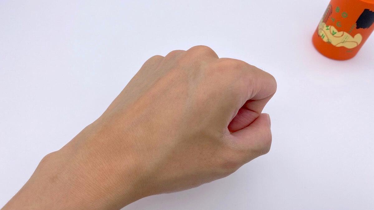 フラワーモイスチャライザーを塗り終わった手の甲