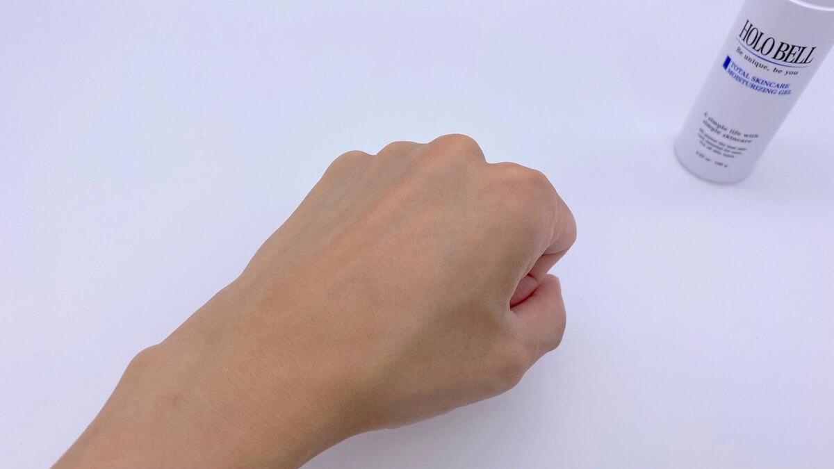ホロベルの化粧水をつけて、1分ほど置いた手の甲