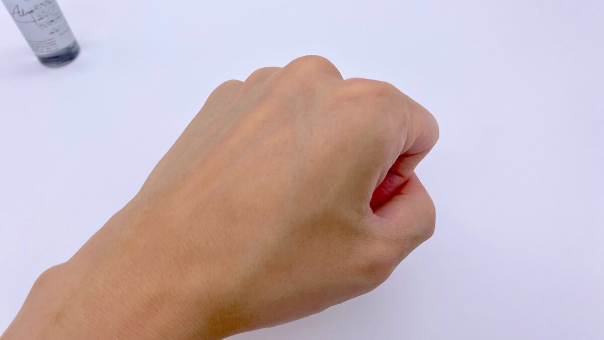 Alomの化粧水を塗り終わった後の手の甲