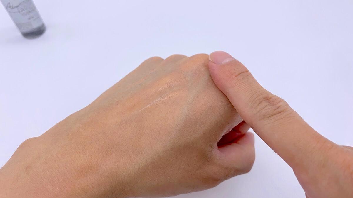 Alomの化粧水を手の甲に塗る