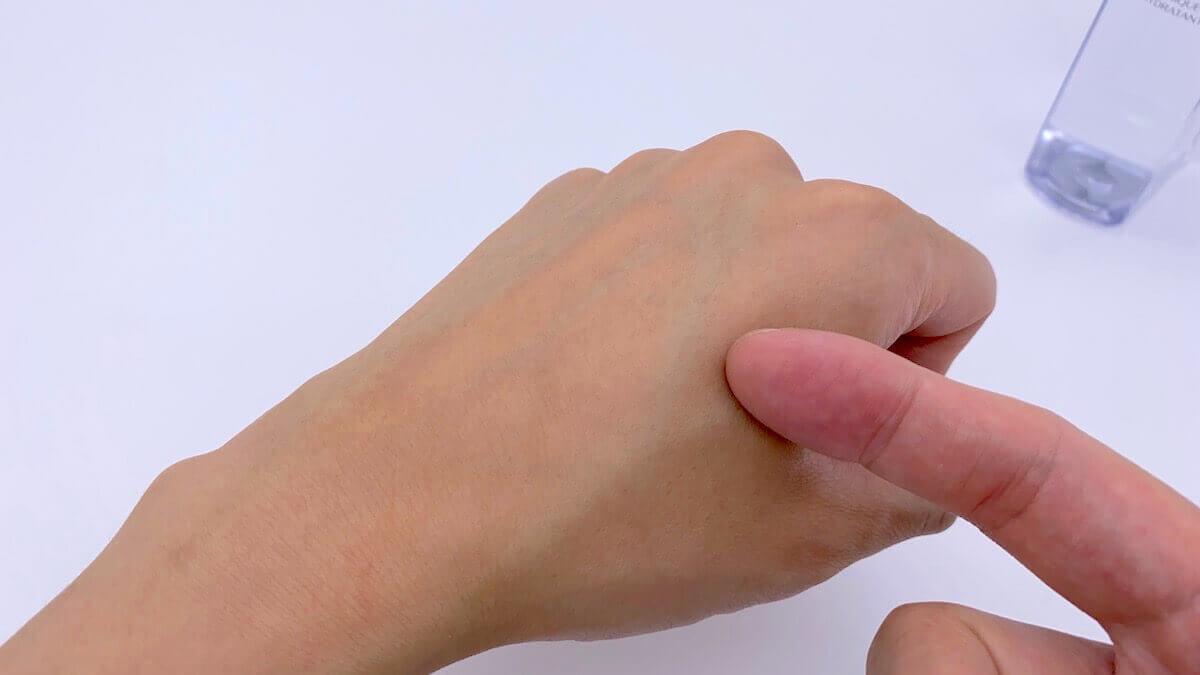 ハイドレーティングローションをつけ終わった手の甲の感触