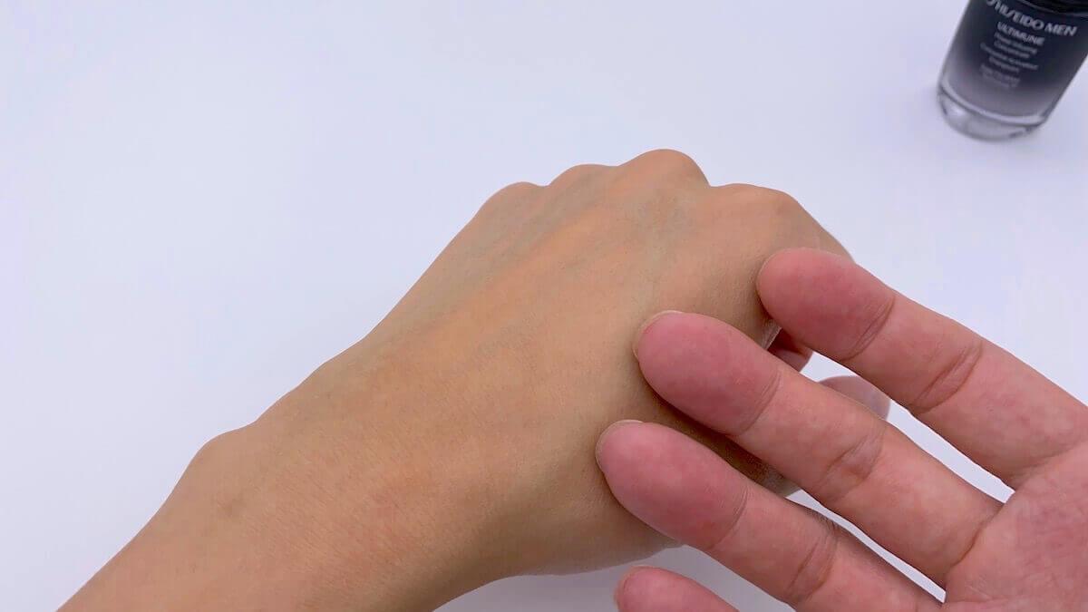 アルティミューンをつけ終わった手の甲を触る