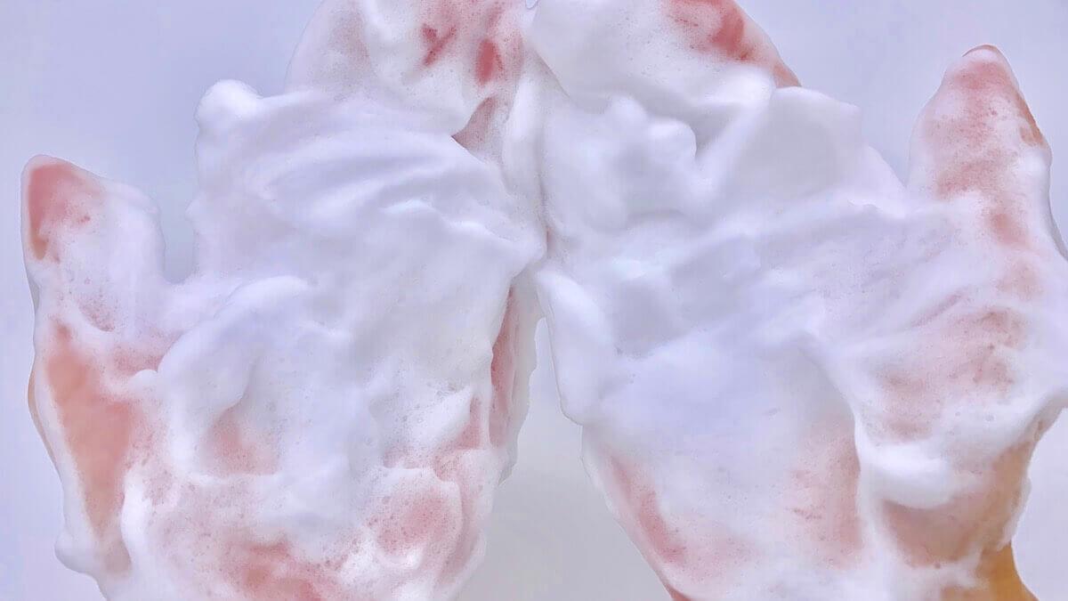 Alomの泡を顔に近づける