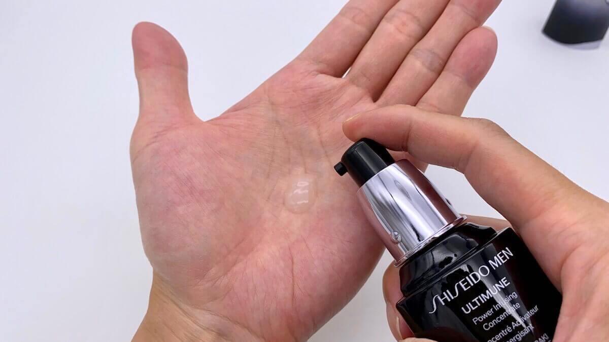 手のひらに出した資生堂メン「アルティミューン 」の使用目安量